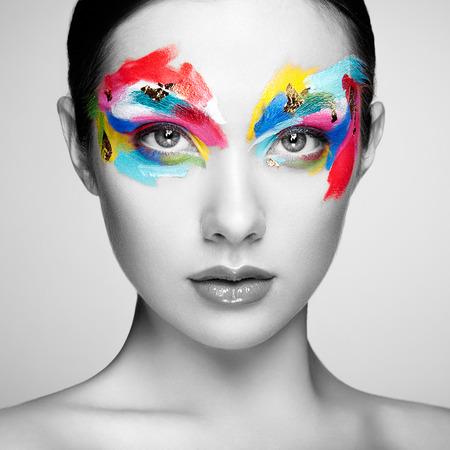美しさ: 美しい女性の顔。完璧なメイク。美容ファッション。まつげ。化粧品アイシャドウ 写真素材
