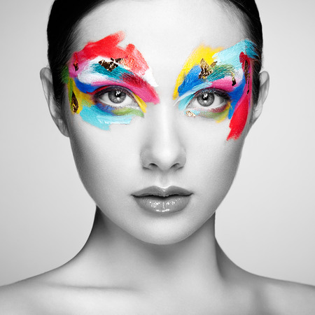 modelos posando: Cara de mujer hermosa. Maquillaje perfecto. Manera de la belleza. Pestañas. Sombra de ojos cosmética