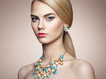 maquillage: Portrait de la belle femme sensuelle avec coiffure �l�gante. Maquillage parfait. Jeune fille blonde. photo de mode. Bijoux Banque d'images