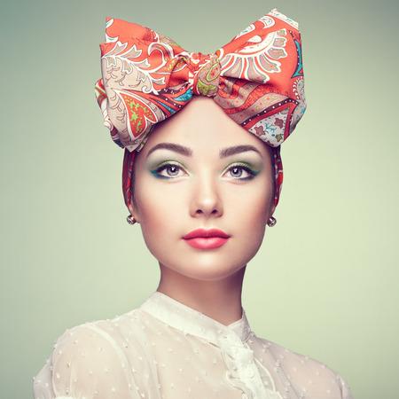 Portret van mooie jonge vrouw met een boog. Brunette meisje. Schoonheid mode. Cosmetische make-up