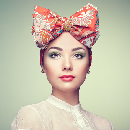 modelos posando: Retrato de la hermosa mujer joven con arco. Niña morena. Manera de la belleza. Cosmética de maquillaje
