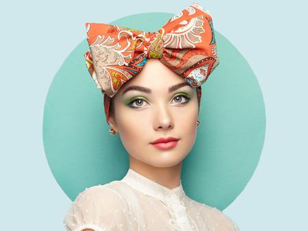 나비와 함께 아름 다운 젊은 여자의 초상화입니다. 갈색 머리 소녀. 뷰티 패션. 화장품 메이크업 스톡 콘텐츠
