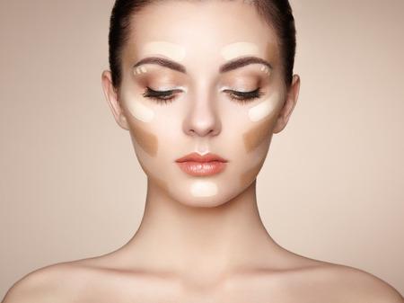 leuchtend: Schönes Frauengesicht. Perfektes Make-up. Beauty Mode. Wimpern. Kosmetische Augenschminke
