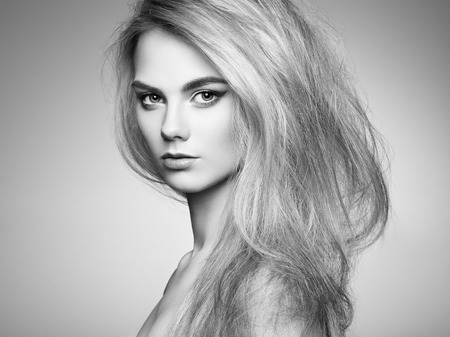 Fashion portret van elegante vrouw met prachtig haar. Blond meisje. Perfecte make-up. Kapsel Stockfoto