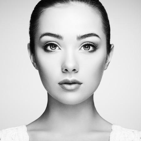 mujer elegante: Cara de mujer hermosa. Maquillaje perfecto. Manera de la belleza. Pestañas. Sombra de ojos cosmética