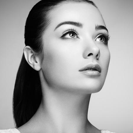 아름 다운 여자의 얼굴. 완벽한 메이크업. 뷰티 패션. 속눈썹. 화장품 아이 섀도우 스톡 콘텐츠