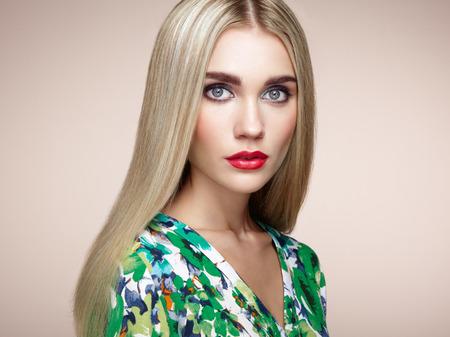 Fashion Portrait der eleganten Frau mit herrlichem Haar. Blonde Mädchen. Perfektes Make-up. Frisur. Sommerkleid Standard-Bild - 43006060