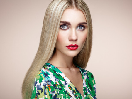 Fashion portrait of elegant woman with magnificent hair. Blonde girl. Perfect make-up. Hairstyle. Summer dress Stockfoto
