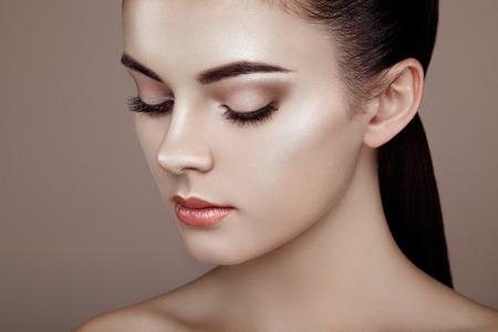 ojos hermosos: Rostro de mujer hermosa. Maquillaje perfecto. Manera de la belleza. Pesta�as. Sombra de ojos cosm�tica. Destacando Foto de archivo