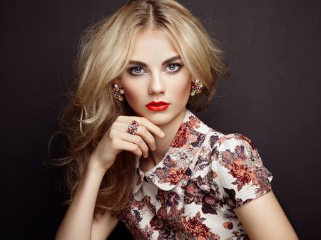 경향: 우아한 헤어 스타일을 가진 아름 다운 관능적 인 여자의 초상화입니다. 완벽한 메이크업. 금발의 소녀. 패션 사진. 보석과 드레스