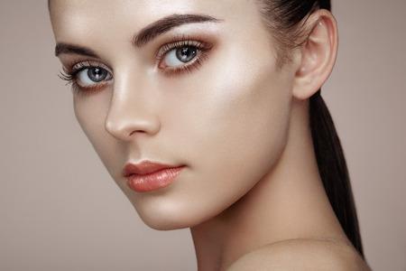 modelo: Rostro de mujer hermosa. Maquillaje perfecto. Manera de la belleza. Pestañas. Sombra de ojos cosmética. Destacando Foto de archivo