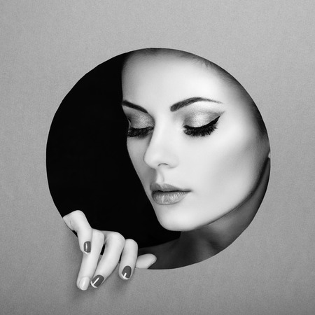 Conceptual retrato de la belleza de la mujer hermosa joven. Manicura perfecta. Sombras de ojos cosméticos. Foto de moda. Blanco y negro Foto de archivo
