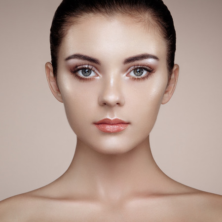 caras: Rostro de mujer hermosa. Maquillaje perfecto. Manera de la belleza. Pestañas. Sombra de ojos cosmética. Destacando Foto de archivo