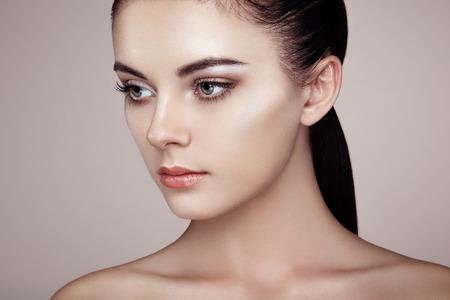 schoonheid: Mooie vrouw gezicht. Perfecte make-up. Beauty fashion. Wimpers. Cosmetische oogschaduw. Markeren Stockfoto