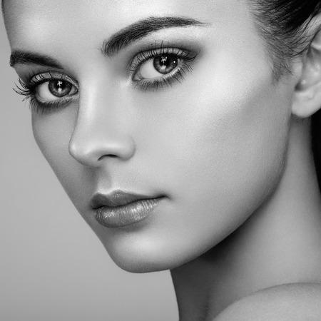 아름다움: 아름 다운 여자의 얼굴. 완벽한 메이크업. 뷰티 패션. 속눈썹. 화장품 아이 섀도우. 강조. 검정색과 흰색