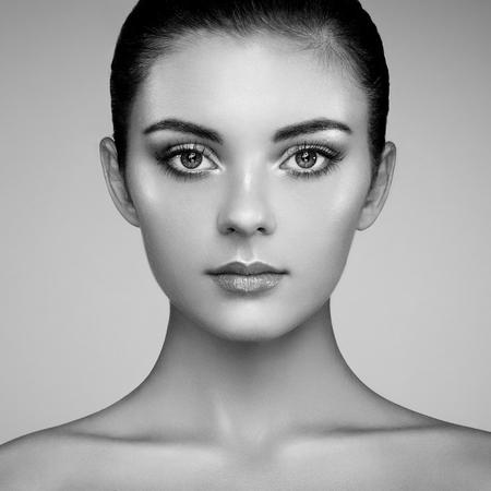 mooie vrouwen: Mooie vrouw gezicht. Perfecte make-up. Beauty fashion. Wimpers. Cosmetische oogschaduw. Markeren. Zwart en wit Stockfoto