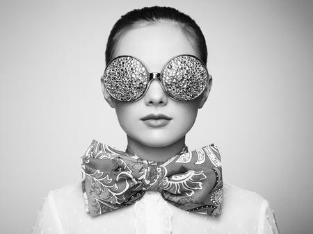 Beleza: Retrato de mulher bonita com vidros coloridos. Moda beleza. Perfeito make-up. Decora Imagens