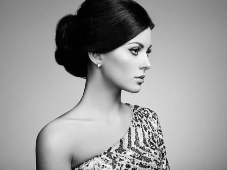 mujer rubia desnuda: Retrato de moda de mujer elegante con el pelo magnífico. Niña morena. Maquillaje perfecto. Blanco y negro Foto de archivo