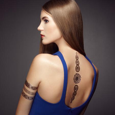 tatouage sexy: Fashion portrait de femme élégante aux cheveux magnifiques. Fille blonde. Maquillage parfait. Jeune fille en robe élégante. Or flash de tatouage Banque d'images
