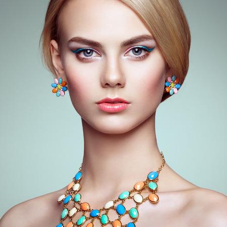 エレガントなヘアスタイルと美しい官能的な女性の肖像画。 完璧なメイク。ブロンドの女の子。ファッション写真。ジュエリー