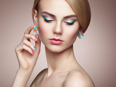mujer elegante: Retrato de la hermosa mujer sensual con elegante estilo de peinado. Maquillaje perfecto. La muchacha rubia. Foto de moda. Joyas