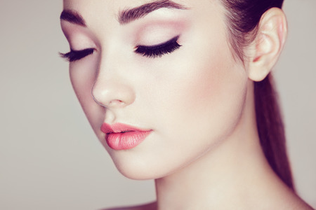 eye lashes: Beautiful woman face. Perfect makeup. Beauty fashion. Eyelashes. Lips. Cosmetic Eyeshadow Stock Photo