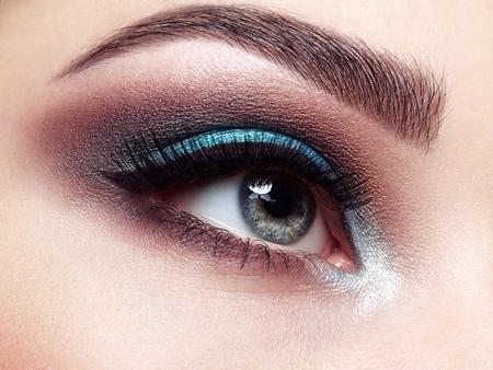 Schönes Frauengesicht. Perfektes Make-up. Schönheitsmode. Wimpern. Lippen. Kosmetischer Lidschatten. Make-up Detail. Eyeliner