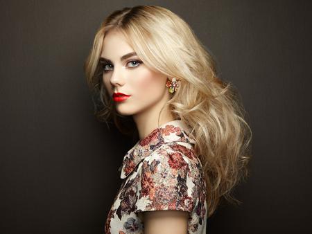 時尚: 美麗的縱向性感的女人優雅的髮型。完美的妝容。金發女孩。時尚寫真。珠寶和服飾