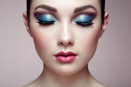 skönhet: Vacker kvinna ansikte. Perfekt makeup. Skönhet mode. Ögonfransar. Läppar. Kosmetisk ögonskugga