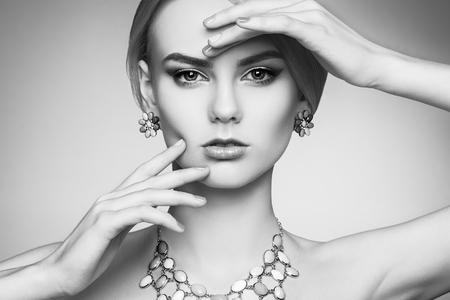 Portret van mooie sensuele vrouw met elegante kapsel. Perfecte make-up. Blonde meisje. Fashion foto. Juwelen. Zwart en wit Stockfoto