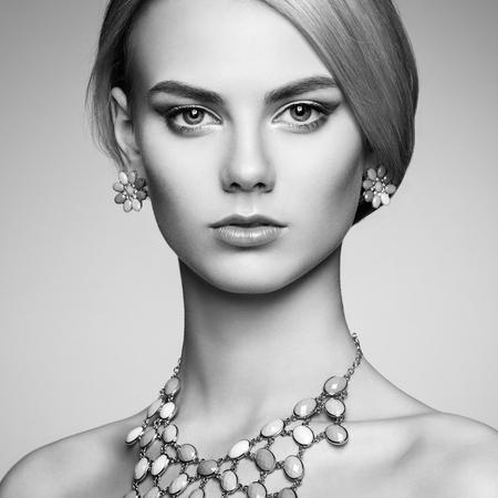 maquillage: Portrait de la belle femme sensuelle avec coiffure �l�gante. Maquillage parfait. Jeune fille blonde. photo de mode. Bijoux. Noir et blanc