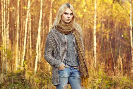 in jeans: Retrato de joven bella mujer en suéter otoño. Foto de moda. Chica rubia. Maquillaje perfecto Foto de archivo