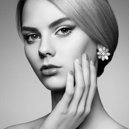 maquillaje de ojos: Retrato de la hermosa mujer sensual con elegante estilo de peinado. Maquillaje perfecto. Chica rubia. Foto de moda. Joyería. En blanco y negro