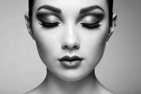 Beautiful woman face. Perfect makeup. Beauty fashion. Eyelashes. Lips. Cosmetic Eyeshadow Banque d'images