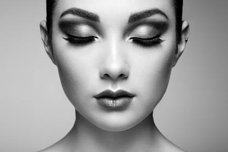 Cara de mujer hermosa. Maquillaje perfecto. Manera de la belleza. Pestañas. Labios. Sombra de ojos cosmética
