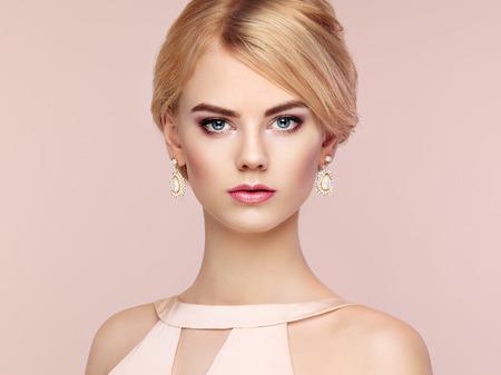 femme blonde: Portrait de la belle femme sensuelle avec coiffure élégante. Maquillage parfait. Fille blonde. photo de mode. Bijoux et robe