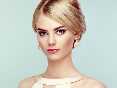 mooie vrouwen: Portret van mooie sensuele vrouw met elegante kapsel. Perfecte make-up. Blond meisje. Fashion foto. Sieraden en jurk