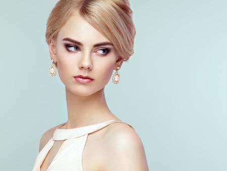sensual: Retrato de la hermosa mujer sensual con elegante estilo de peinado. Maquillaje perfecto. Chica rubia. Foto de moda. Joyer�a y vestido