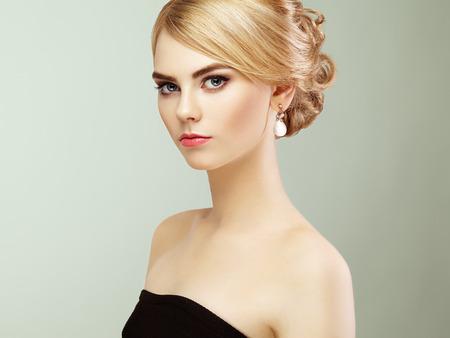 Retrato de la hermosa mujer sensual con elegante estilo de peinado. Maquillaje perfecto. Chica rubia. Foto de moda. Joyería y vestido Foto de archivo - 47595987
