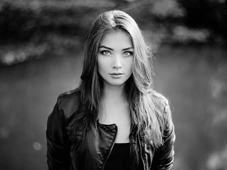 Portrait of young beautiful woman in leather jacket. Fashion photo Standard-Bild
