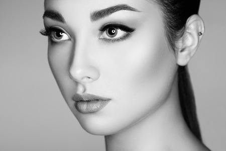 Bella donna di fronte. Trucco perfetto. Modo di bellezza. Ciglia. Lips. Ombretto cosmetici Archivio Fotografico - 49143383