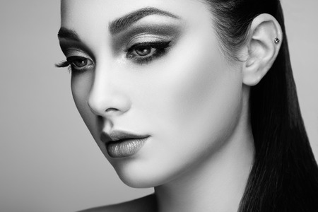 brunette girl: Beautiful woman face. Perfect makeup. Beauty fashion. Eyelashes. Lips. Cosmetic Eyeshadow Stock Photo
