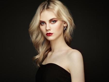 mujer elegante: Retrato de la hermosa mujer sensual con elegante estilo de peinado. Maquillaje perfecto. Chica rubia. Foto de moda. Joyería y vestido