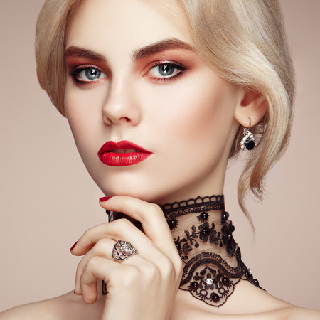 우아한 헤어 스타일을 가진 아름 다운 관능적 인 여자의 초상화입니다. 완벽한 메이크업. 금발의 소녀. 패션 사진. 보석과 레이스 스톡 콘텐츠 - 51205120