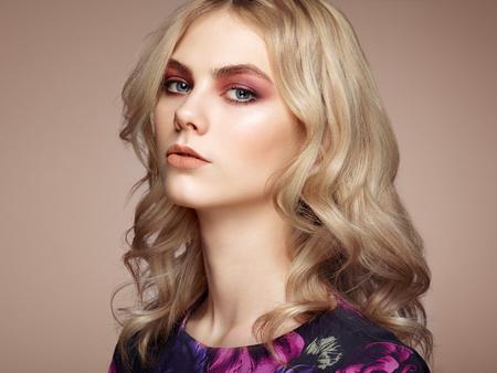 sensuales: Retrato de la hermosa mujer sensual con elegante estilo de peinado. Maquillaje perfecto. Chica rubia. Foto de moda. Joyería y vestido