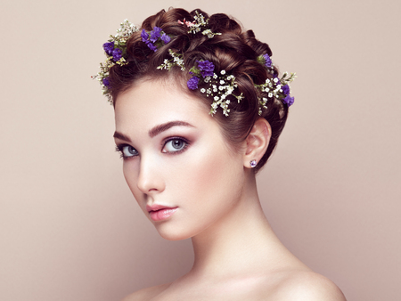 꽃으로 장식 된 아름다운 여자의 얼굴. 완벽한 메이크업. 뷰티 패션. 속눈썹. 화장품 아이 섀도우 스톡 콘텐츠 - 51332592