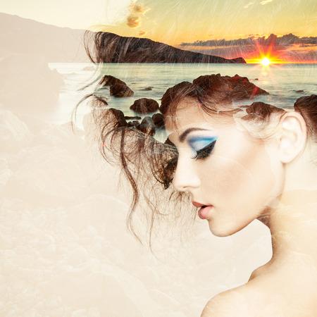 우아한 헤어 스타일을 가진 아름 다운 관능적 인 여자의 초상화입니다. 패션 사진. 자연의 사진과 함께 여자의 이중 노출 초상화 스톡 콘텐츠