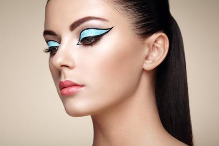 beautiful face woman: Beautiful woman face. Perfect makeup. Beauty fashion. Eyelashes. Lips. Cosmetic Eyeshadow Stock Photo