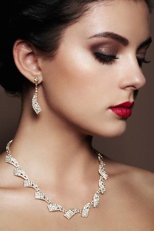 Fashion portrait de la belle jeune femme avec des bijoux. Brunette fille. Maquillage parfait. femme de style de beauté avec des accessoires de diamant