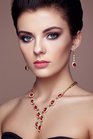 Fashion portrait of young beautiful woman with jewelry. Brunette girl. Perfect make-up.  Beauty style woman with diamond accessories 版權商用圖片